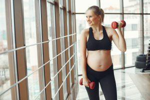Zwangere dame lekker aan het sporten